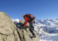 Alpines Kletterzubehör und Hochtourenbekleidung für professionelles und sicheres Klettern in Schneegebieten