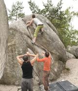 Boulderschuhe und Crashpads – damit der Aufstieg gelingt
